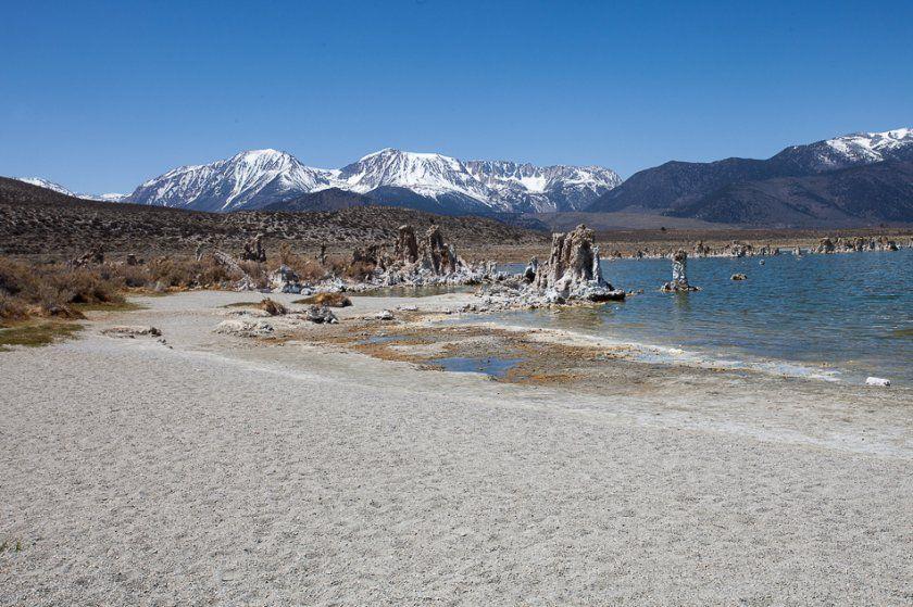 Tobas de sal en Mono Lake y Sierra Nevada al fondo