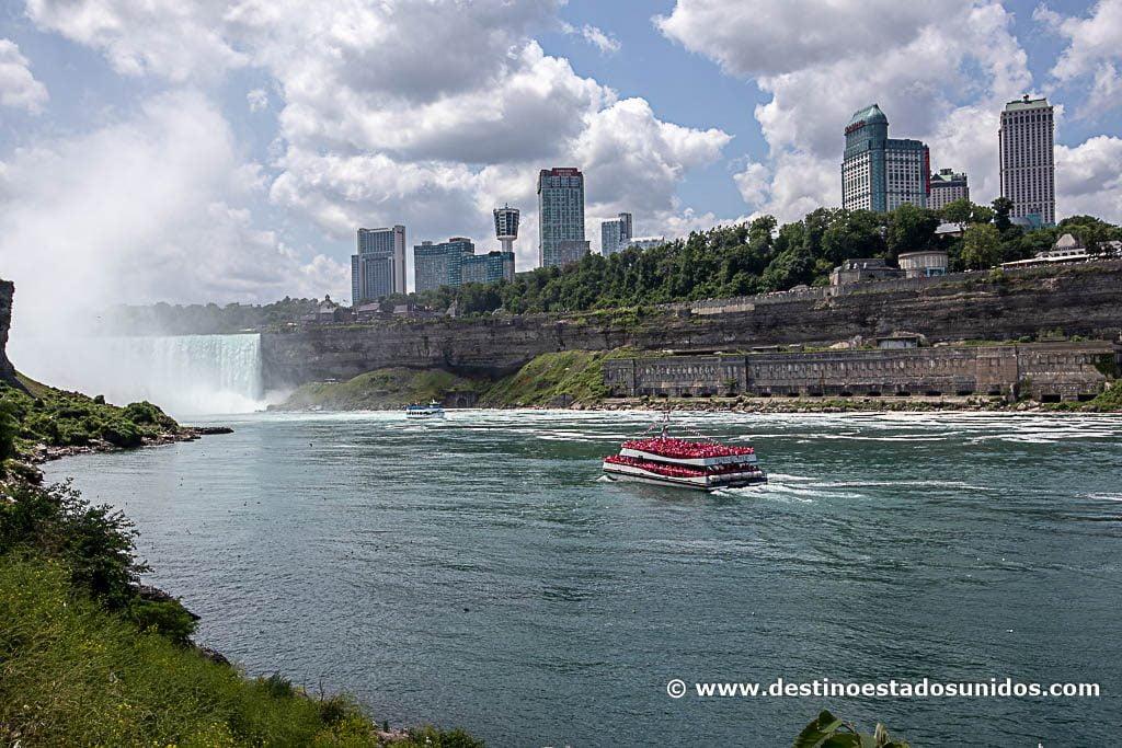 Yendo en barco hacia la catarata canadiense
